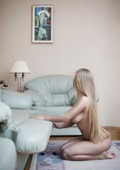 Обнаженная блондинка с длинными волосами