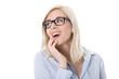 Junge lachende Frau mit Brille - isoliert auf Weiß