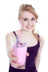 Junge Frau überreicht Milch Shake