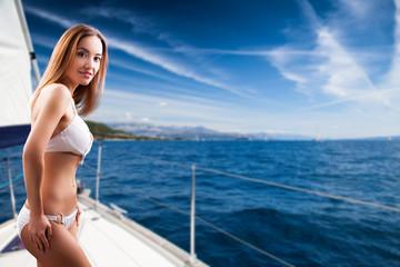junge brünette Frau in Bikini auf Segelboot