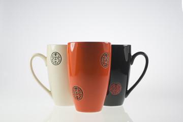 tazza bianco,arancio e nera su sfondo bianco
