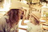 Kobieta z dziewczynką w letniej kafejce - 63405918