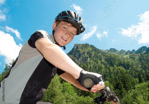 Junger Mountainbiker