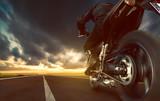 Jazda motocyklem po autostradzie - 63413501