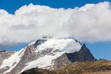 Cima della montagna con nuvole