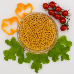 chickpeas, tomatoes and lettuce