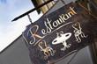 Leinwanddruck Bild - Enseigne de restaurant en ville