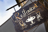 Enseigne de restaurant en ville