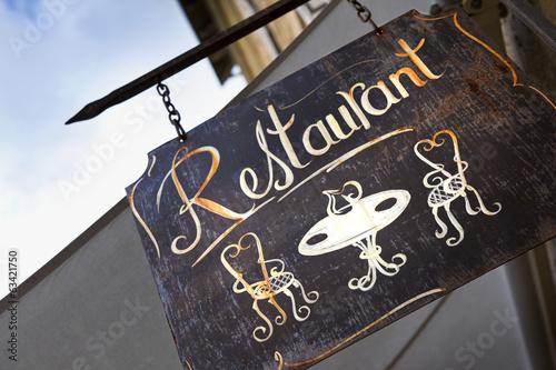 Leinwanddruck Bild Enseigne de restaurant en ville