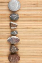 Een aantal gestreepte stenen op een bamboe mat