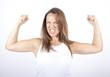 Frau zeigt Muskeln
