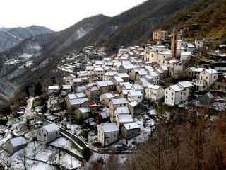 Paesino di montagna con neve