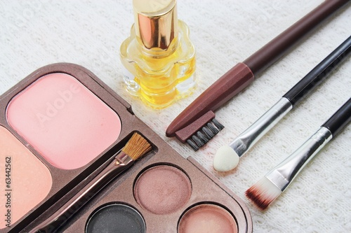 Makeup brushes and make-up eye shadows, cosmetics