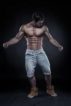Forte homme sportif Fitness Model Torso montrant de gros muscles