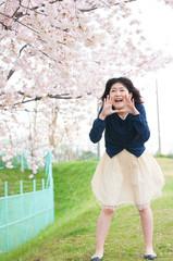 桜の下で叫ぶ女性