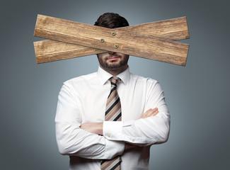 Mann mit Brett vor dem Kopf