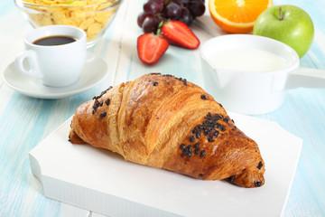 croissant con cioccolato su tavolo