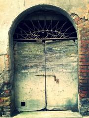 Vecchio portone ad arco