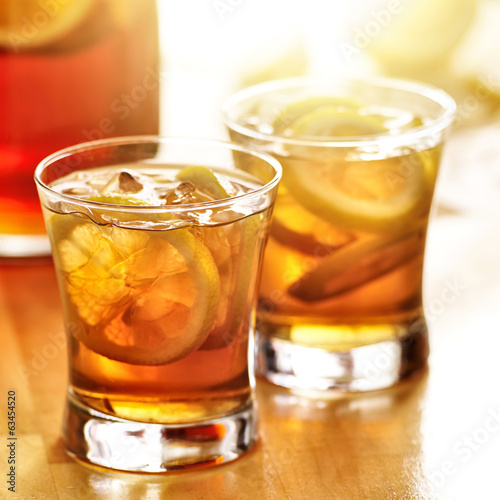 iced sweet tea with lemon slices