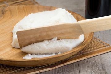 Polenta bianca servita su piatto di legno
