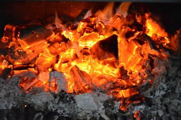Llama y brasas en fuego