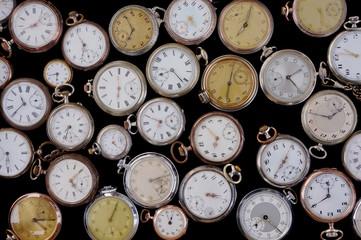 Viele Taschenuhren auf schwarzem Hintergrund