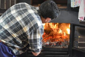 Preparando el fuego y la brasa para barbacoa