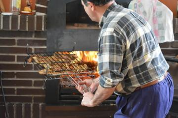 Parrilla con chuletas en el fuego para barbacoa