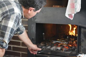 Parrila de carne en el fuego para barbacoa