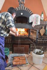 Cocinero preparando el fuego para una barbacoa