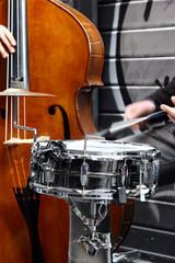 Percussioni con tamburo e fruste e violoncello