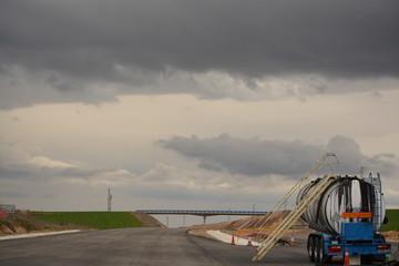 Nueva carretera en construccion con maquinaria , N-120