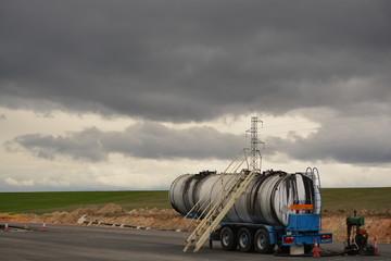 Remolque con deposito en nueva carretera en obras
