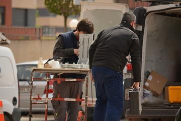 Electricistas trabajando en la calle