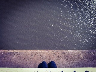 Mujer al borde del puente