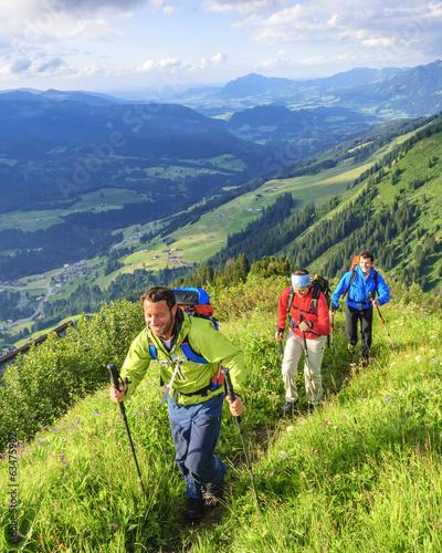 gutgelaunte Wanderer - 63475902
