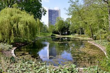 L'étang et le reflet de la tour