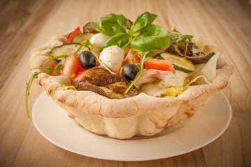 cestino di pane con verdure