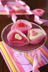 herz petit fours in rosa