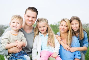 attraktive europäische Familie mit 3 Kindern