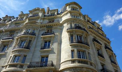 Immeubles parisiens sur fond de ciel bleu