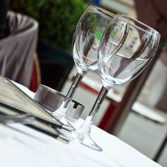 verres en terrasse d'un restaurant parisien