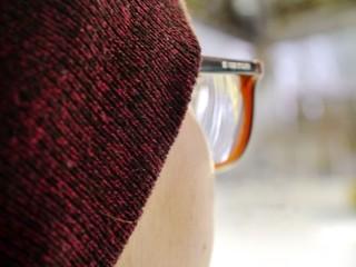 Mädchen mit Brille im Profil
