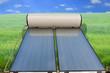 chauffe-eau solaire sur verte campagne, concept écologique