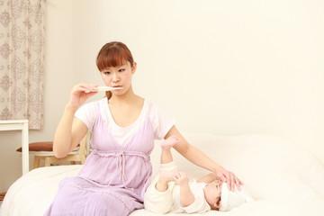 赤ちゃんの熱を心配するママ