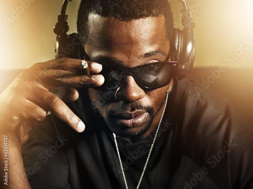 mata magnetyczna dj palenia i nosi okulary przeciwsłoneczne
