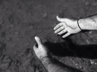 Lavando las manos en el río