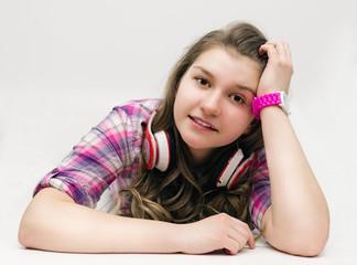 Хорошенькая девушка-подросток с наушниками