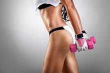 Athletic jeune femme faisant fitness exercice