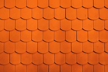 Wandverkleidung mit roten Dachpfannen